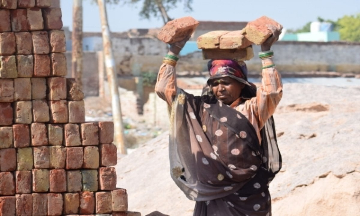 127 Labourers From Bihar Rescued From Up Brick Kiln-TeluguStop.com