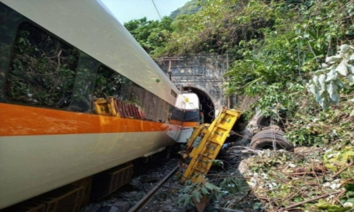 34 Killed In Taiwan Train Derailment (ld)-TeluguStop.com
