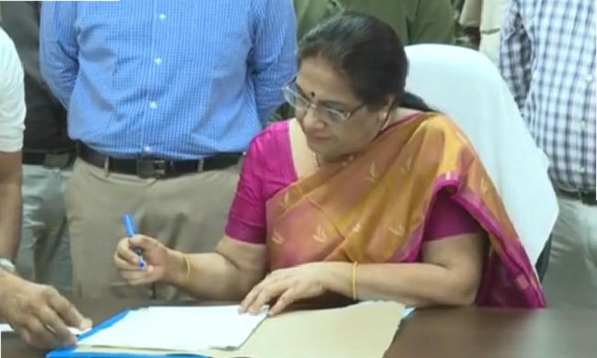 AP High Court Issues Notices To AP SEC Neelam Sawhney-Latest News - Telugu-Telugu Tollywood Photo Image-TeluguStop.com