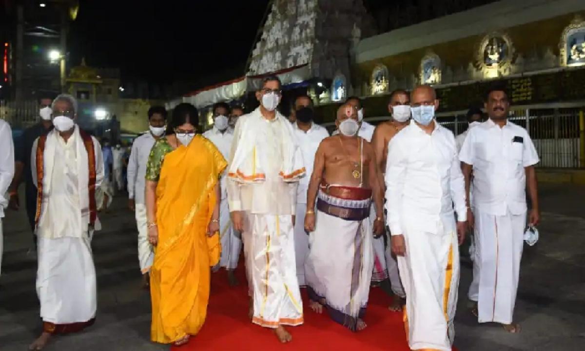 Justice NV Ramana Couple Offered Prayers To Lord Venkateshwara At TTD Temple-Latest News English-Telugu Tollywood Photo Image-TeluguStop.com