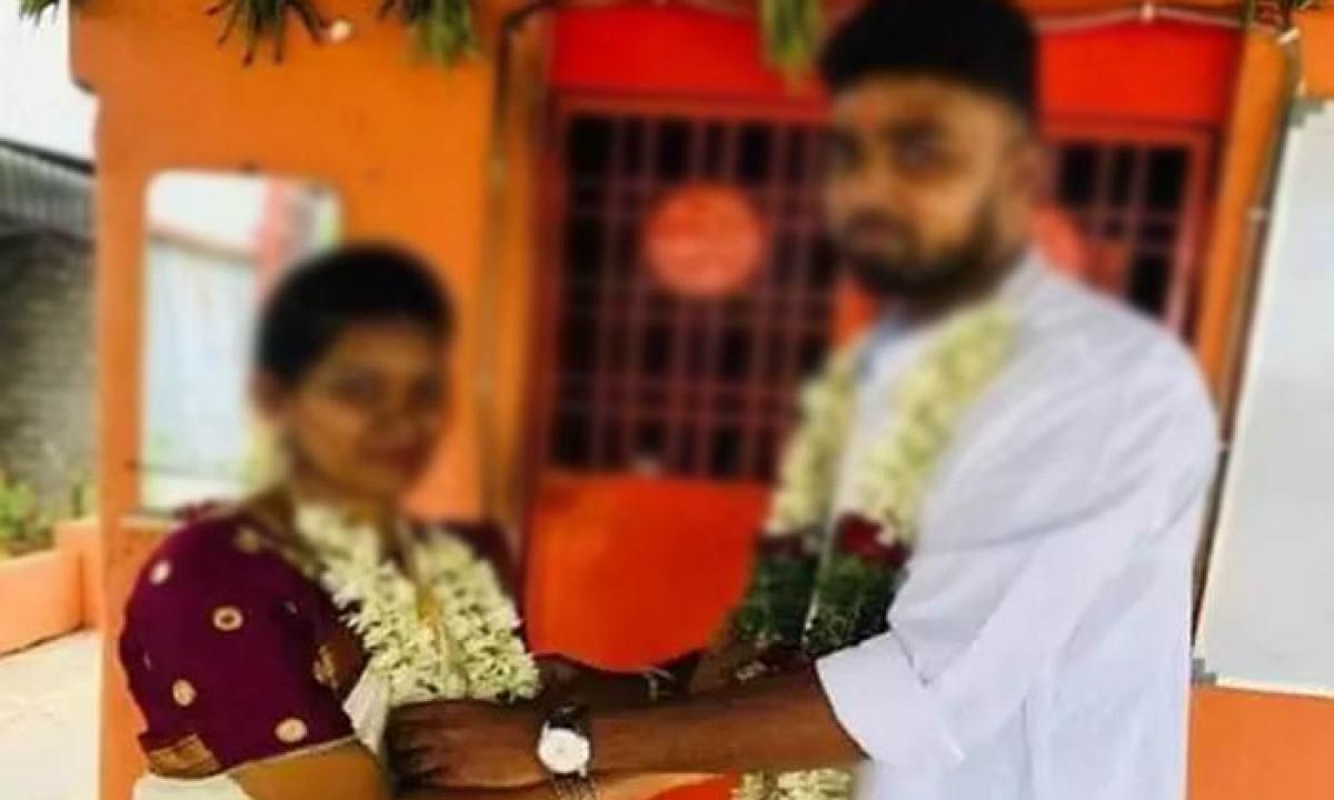 Married Men Cheat His Wife After Marriage In Anantapur-ఫేస్ బుక్ లో ప్రేమించి… హైదరాబాద్ లో పెళ్లి చేసుకుని చివరికి…-Latest News - Telugu-Telugu Tollywood Photo Image-TeluguStop.com