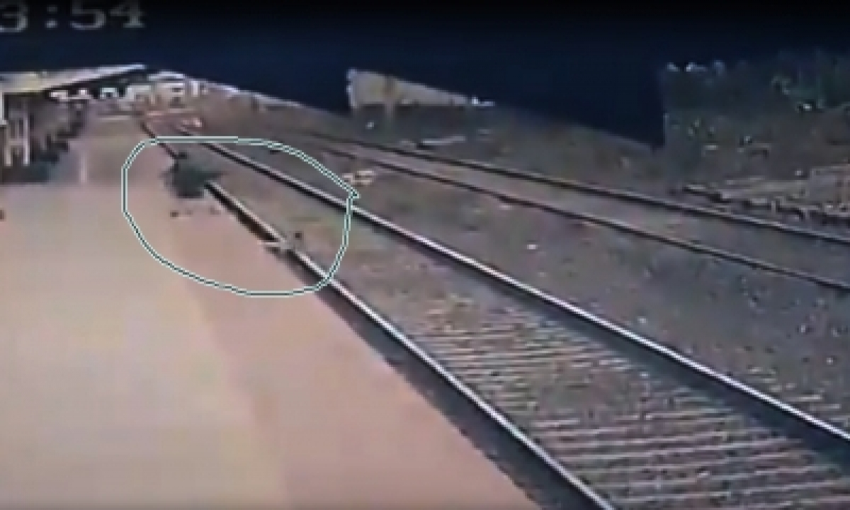 Andhra Cops Save Man's Life On Railway Track In Nick Of Time-TeluguStop.com