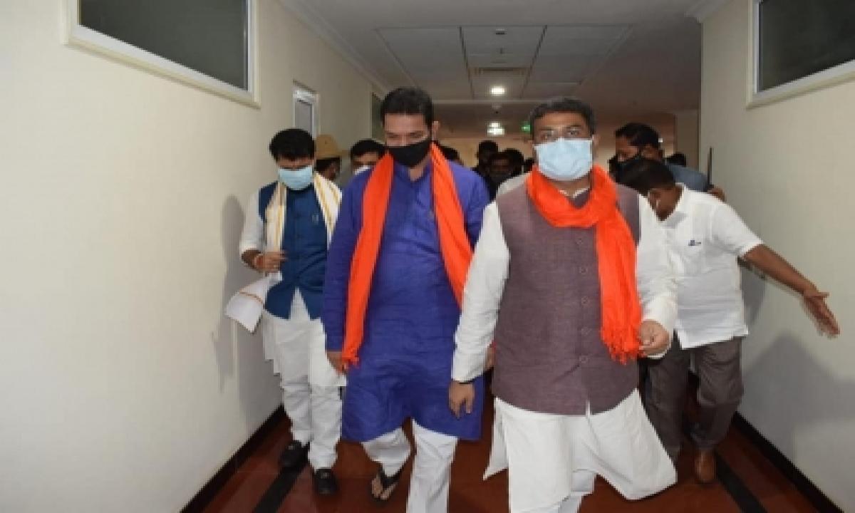 Bjp Observers Dharmenda Pradhan, Kishen Reddy Reach K'taka-TeluguStop.com