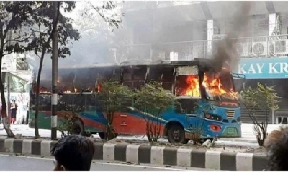 Bnp Workers Set 7 Public Buses On Fire In Dhaka-TeluguStop.com