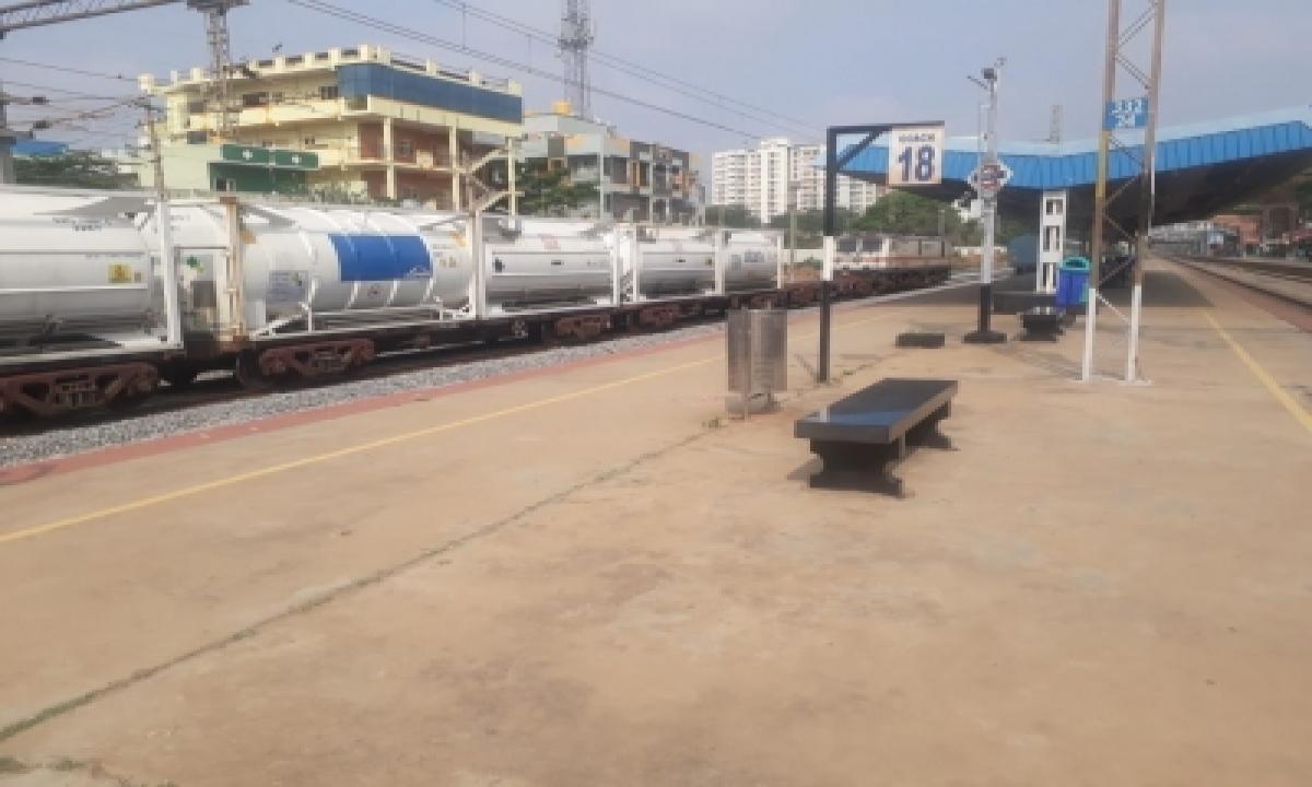 First Oxygen Express To Karnataka Chugs Into Bengaluru-TeluguStop.com