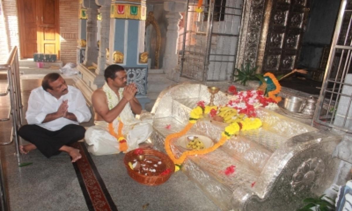 Hyderabad Businessman Donates Silver Steps To Vizag Temple-TeluguStop.com