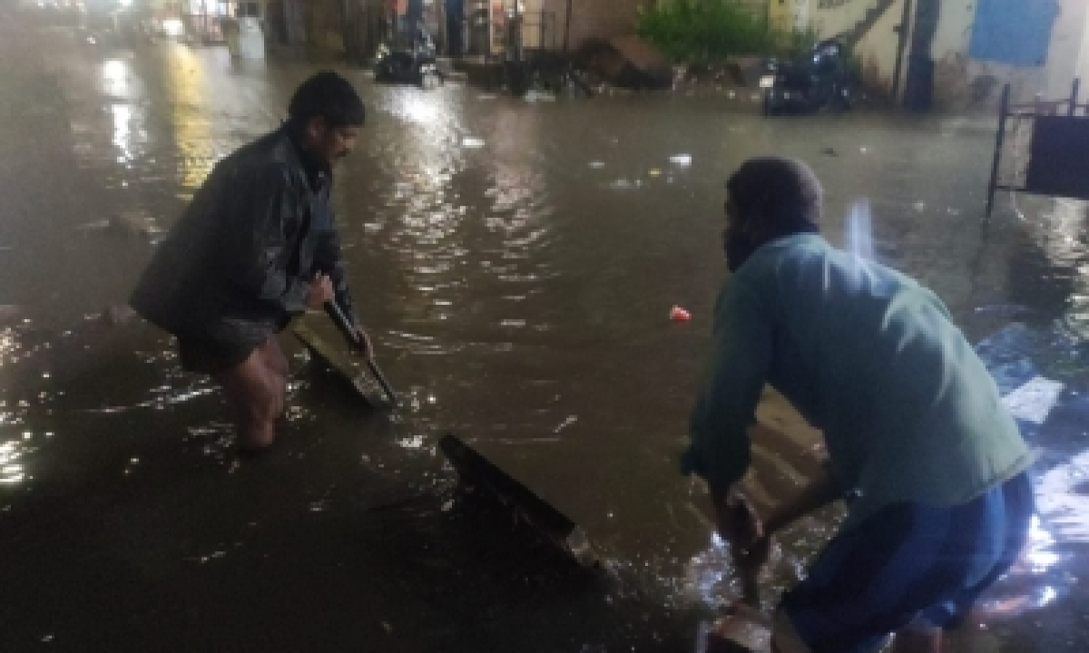Man Feared Washed Away As Heavy Rains Pound Hyderabad-TeluguStop.com