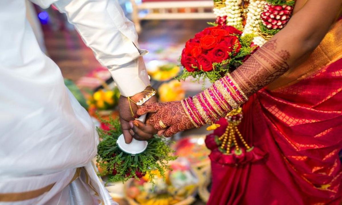 Married To Uncle Escaped Woman With Boyfriend-మేనమామతో పెళ్లి.. ప్రియుడితో పరారైన మహిళ-General-Telugu-Telugu Tollywood Photo Image-TeluguStop.com