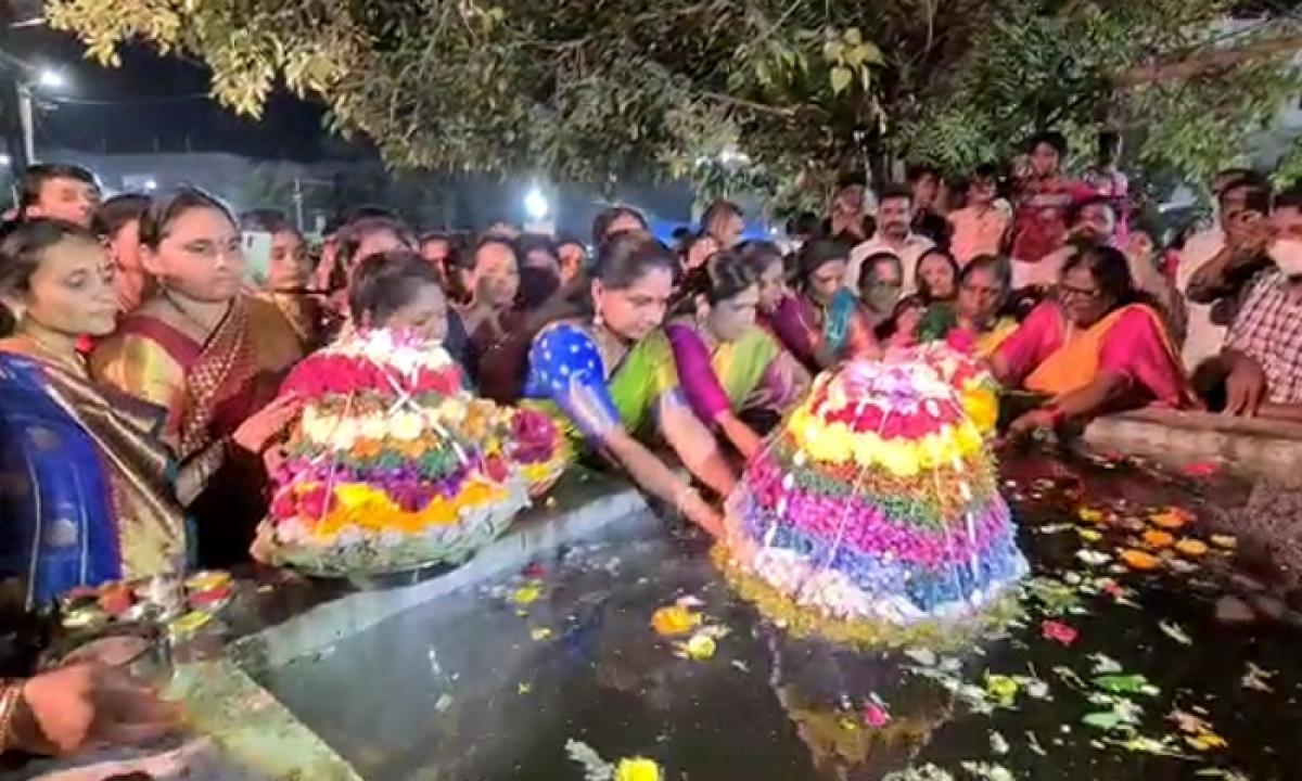 Mlc Kavitha Who Participated In Bathukamma Celebrations In Nizamabad-మెట్టినిల్లు నిజామాబాద్ లో బతుకమ్మ సంబరాల్లో పాల్గొన్న ఎమ్మెల్సీ కల్వకుంట్ల కవిత-Latest News - Telugu-Telugu Tollywood Photo Image-TeluguStop.com