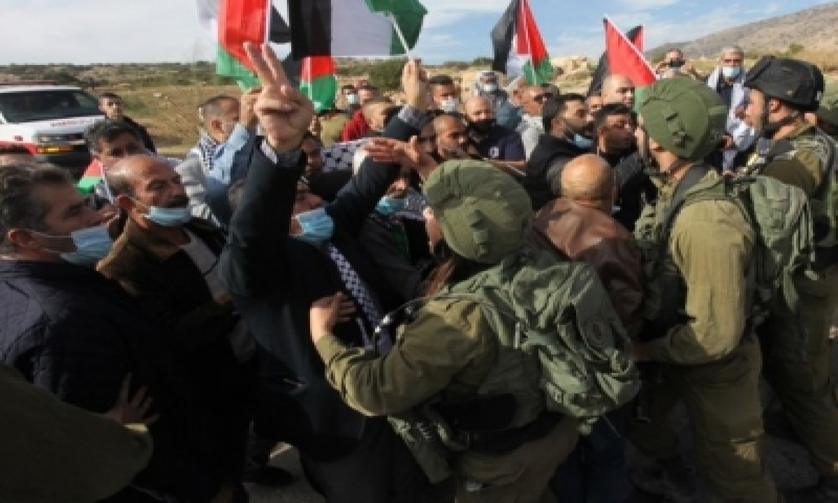 Palestinian Protesters Injured In Clashes With Israeli Troops-TeluguStop.com