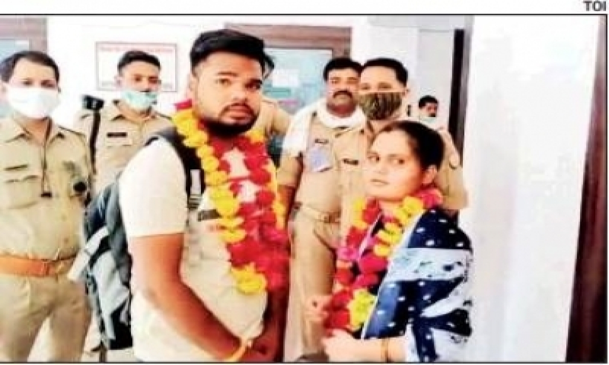 Police Help Couple Marry In Police Station-TeluguStop.com