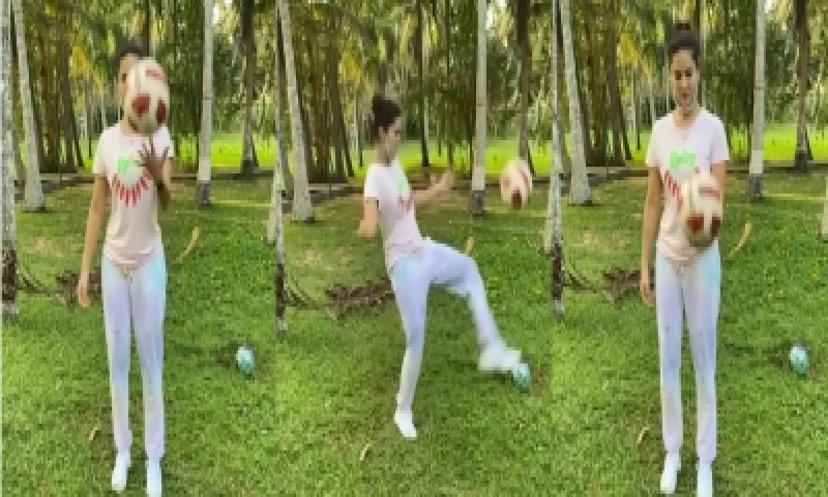 TeluguStop.com - Sunny Leone Shows Her Football Skills