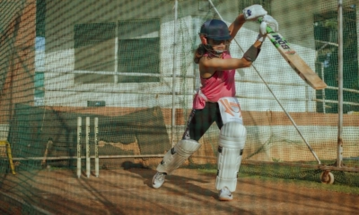 Taapsee Pannu Starts Week With Cricket Practice-TeluguStop.com