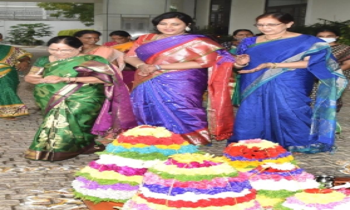 Telangana CM's Wife, Daughter-in-law Take Part In Bathukamma – Telangana Hyderabad Telangana News National,Politics,Religion-Latest News English-Telugu Tollywood Photo Image-TeluguStop.com