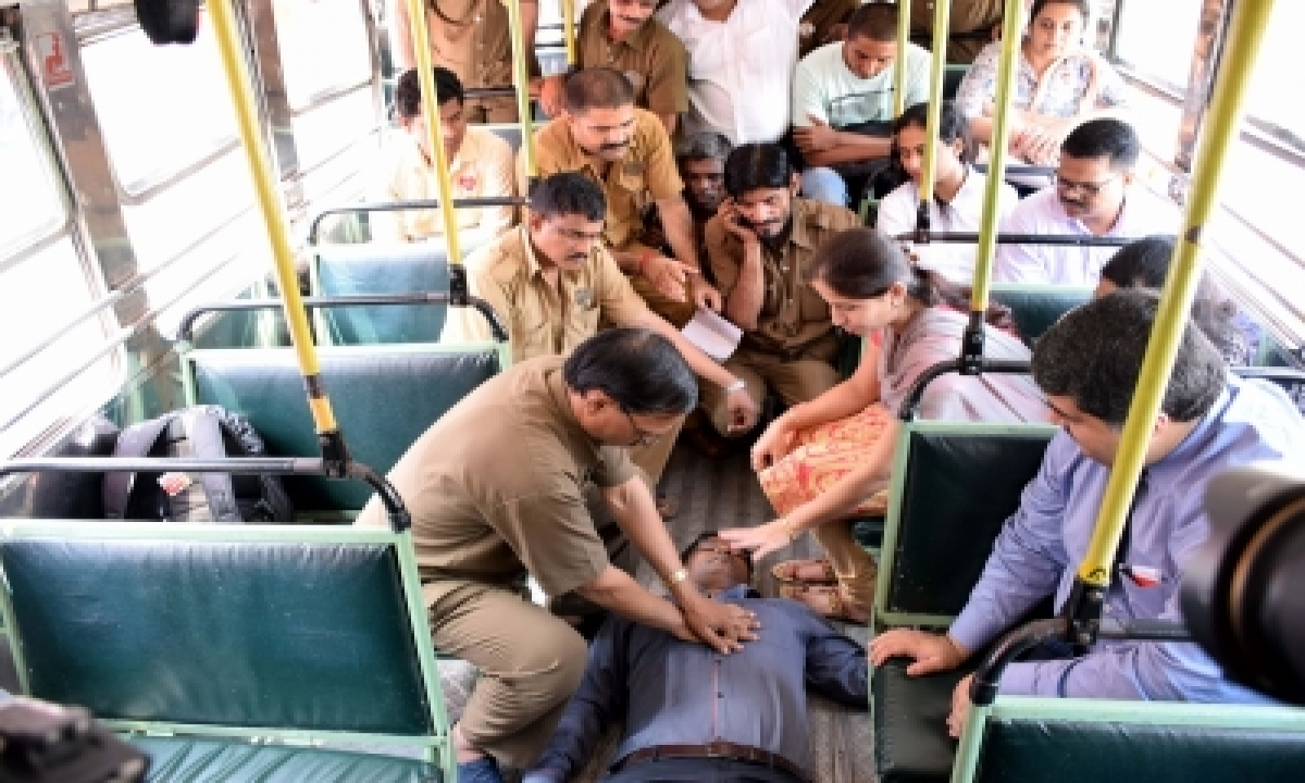 Telangana Cop Saves Accident Victim With Cpr-TeluguStop.com