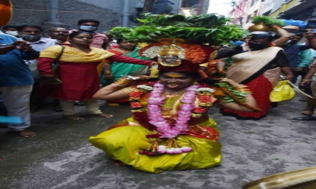 Thousands Participate In Lashkar Bonalu Celebrations In T'gana-TeluguStop.com