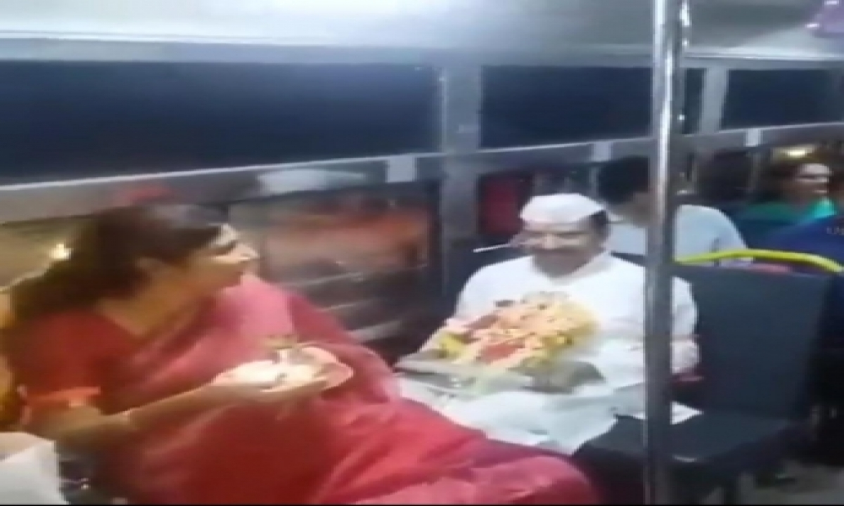 Tsrtc Md Sajjanar Travels In Bus With Idol For Immersion-TeluguStop.com
