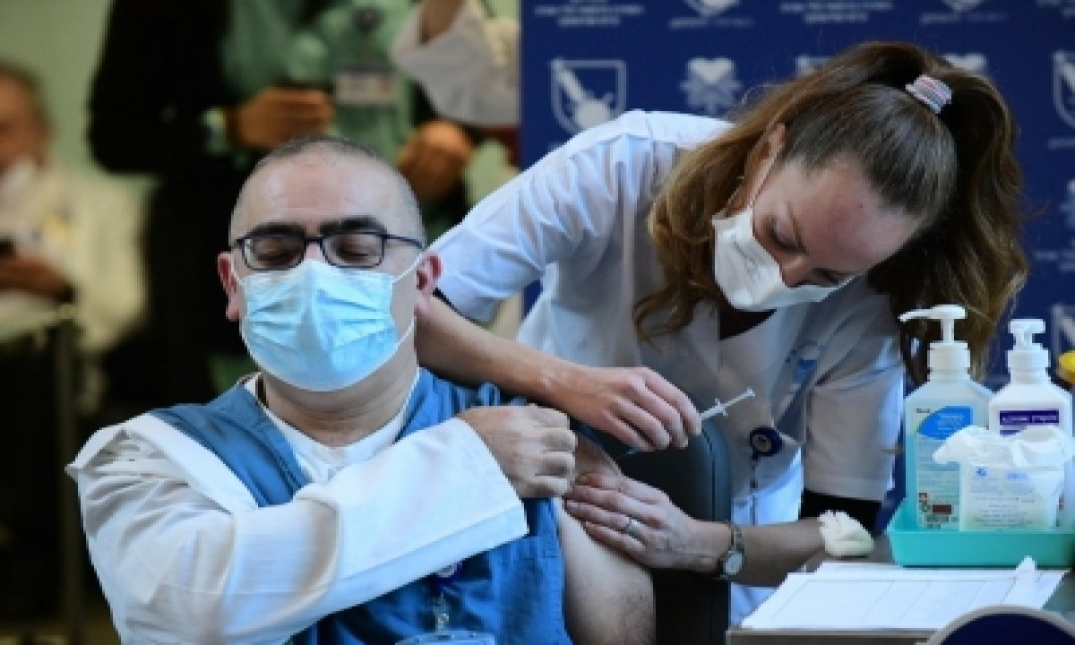 Vaccinated People May Still Spread Covid: Uk Expert-TeluguStop.com