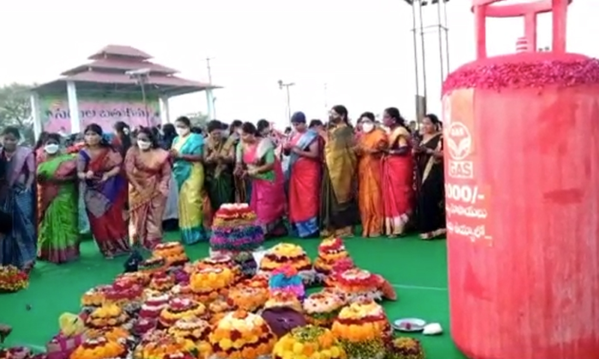 Women Bathukamma Celebrations Against Central Government In Huzurabad-హుజూరాబాద్లో కేంద్ర ప్రభుత్వానికి వ్యతిరేకంగా మహిళల బతుకమ్మ వేడుకలు-Latest News - Telugu-Telugu Tollywood Photo Image-TeluguStop.com