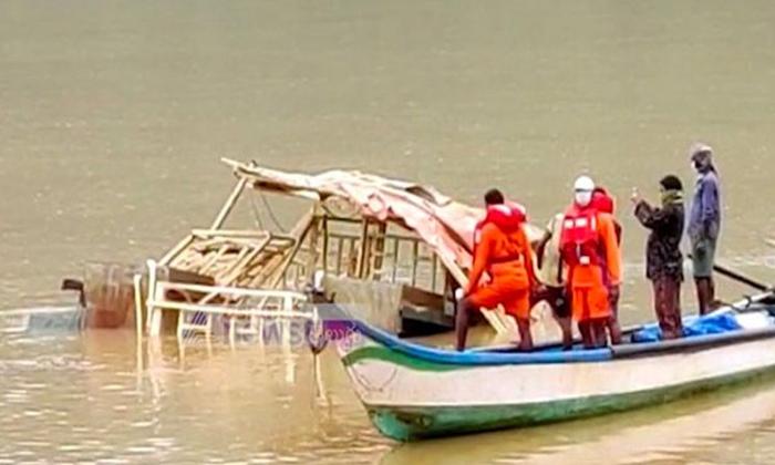 Royal Vasistaboat Comesout In Krishna River-TeluguStop.com
