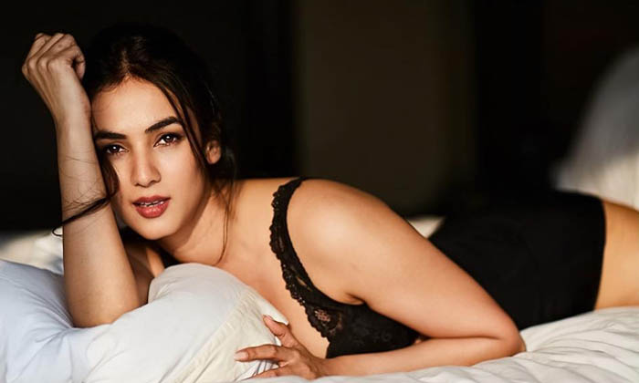 Mind Blowing Pictures Of Sonal Chauhan-mind Blowing Pictures Of Sonal Chauhan - Telugu Actress Sonal Chauhan, Bollywood High Resolution Photo