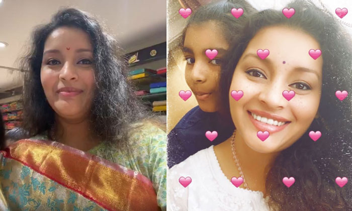 Renu Desai Chills Out With Aadhya In A Saree Shop-General-English-Telugu Tollywood Photo Image-TeluguStop.com