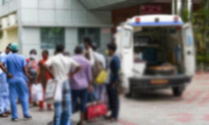 Woman Escaped With Her Relatives From Hospital After Corona Test In Delhi-TeluguStop.com