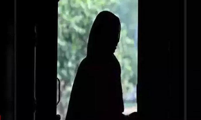 24 Year Old Woman Gagged Raped By Stepson In Bhopal-సవతి తల్లి పై కొడుకు దారుణం…. నోట్లో గుడ్డలు కుక్కి-Latest News - Telugu-Telugu Tollywood Photo Image-TeluguStop.com
