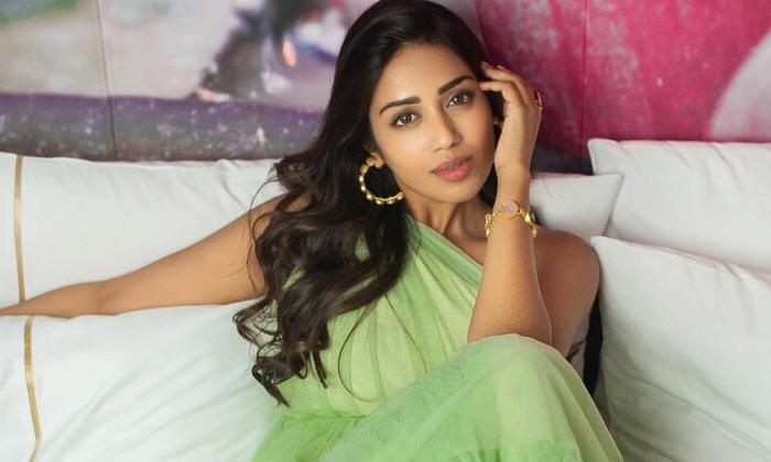 Pic Talk: Nivetha Pethuraj Gleams In Green-TeluguStop.com