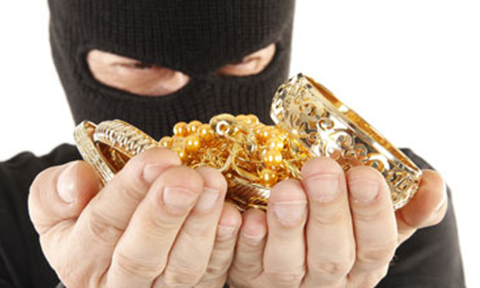 Elderly Woman Attacked Robbed Gold Ornaments In Hyderabad-TeluguStop.com