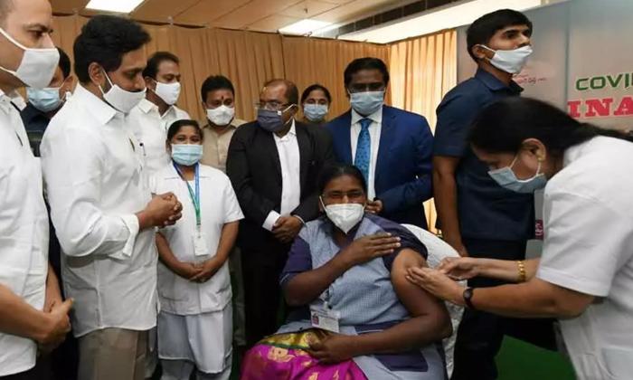 Jagan Started The Vaccination In Ap Do You Know Who Take The First Vaccine-ఏపీలో వ్యాక్సినేషన్ ను ప్రారంభించిన జగన్.. తొలి వ్యాక్సిన్ ఎవరికి వేశారో తెలుసా.. -Breaking/Featured News Slide-Telugu Tollywood Photo Image-TeluguStop.com