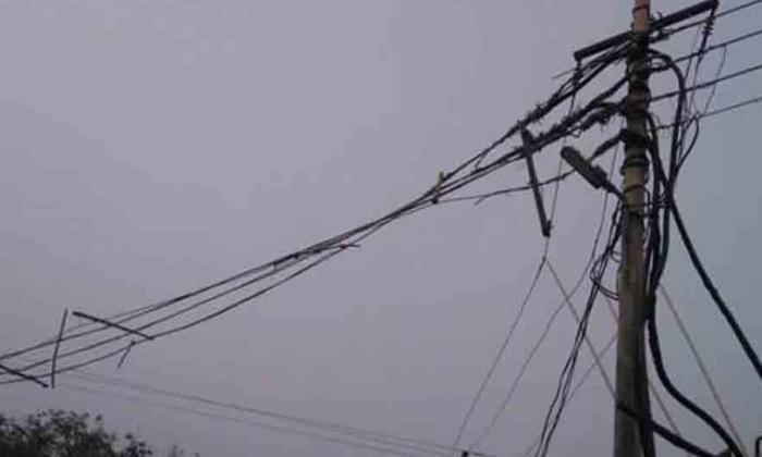 For Rs 200 An Electrician Lost His Life-రూ.200 కోసం ప్రాణాలు గాలిలో కలిసాయి..-General-Telugu-Telugu Tollywood Photo Image-TeluguStop.com