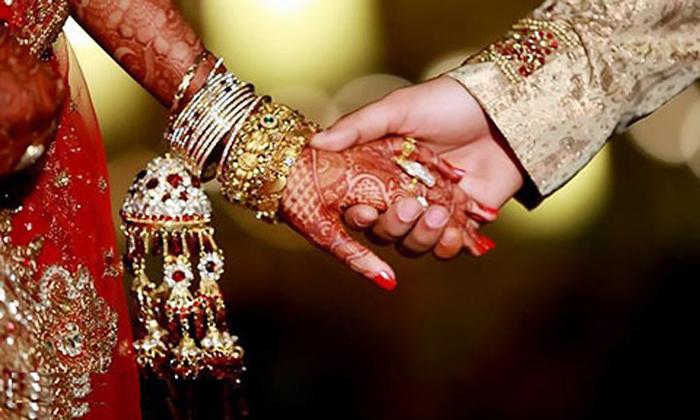 Viral Newly Wed Marriage Promise On Constitution-వైరల్: ఎవరు ఊహించలేని విధంగా పెళ్లి చేసుకున్న నవ దంపతులు..-General-Telugu-Telugu Tollywood Photo Image-TeluguStop.com