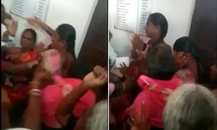 Thrashed Women Over Child Kidnapping-అనుమానంతో మహిళలను దారుణంగా.. -Breaking/Featured News Slide-Telugu Tollywood Photo Image-TeluguStop.com