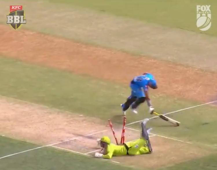 Viral Video Batsmen Out Twice For The Same Ball-వైరల్ వీడియో: ఒకే బంతికి రెండు సార్లు ఔట్ అయిన బ్యాట్స్మెన్..-General-Telugu-Telugu Tollywood Photo Image-TeluguStop.com