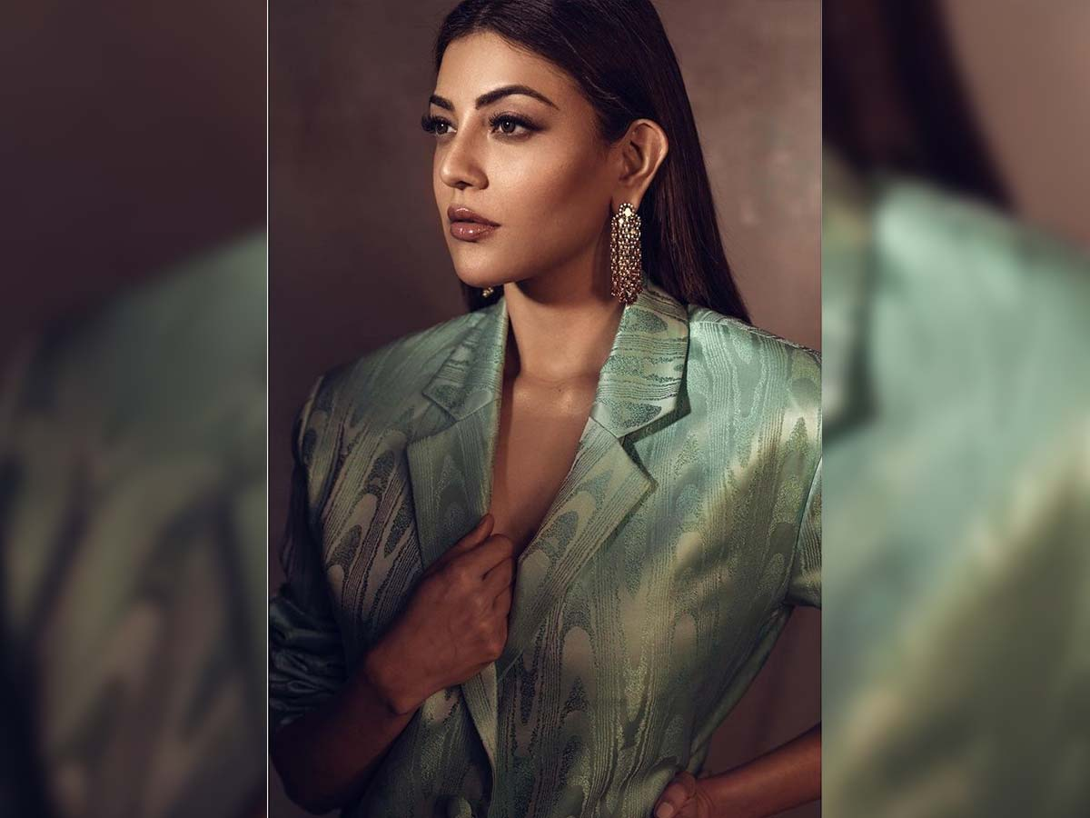 Kajal Aggarwal Looks Sizzling Hot In Green Pant Suit Outfit.-TeluguStop.com