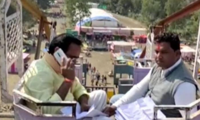 TeluguStop.com - ఆ రాష్ట్ర మంత్రి 50 అడుగుల ఎత్తుపైకి వెళ్లాల్సివచ్చింది.. ఎందుకో తెలిస్తే నవ్వుతారు.. -Breaking/Featured News Slide-Telugu Tollywood Photo Image