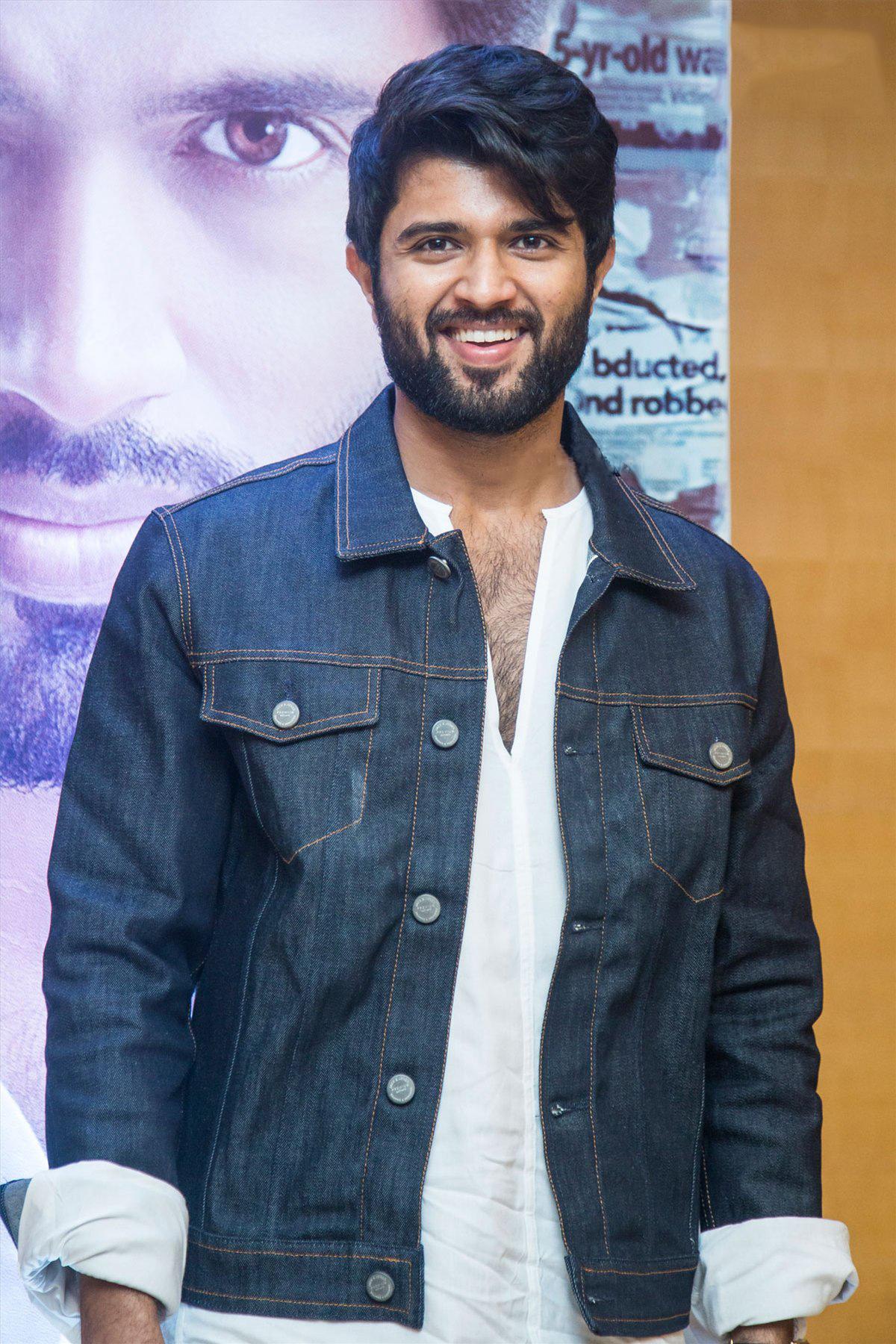 Vijay Deverakonda Decided To Dub Himself For Hindi Version Of Liger Movie.-TeluguStop.com