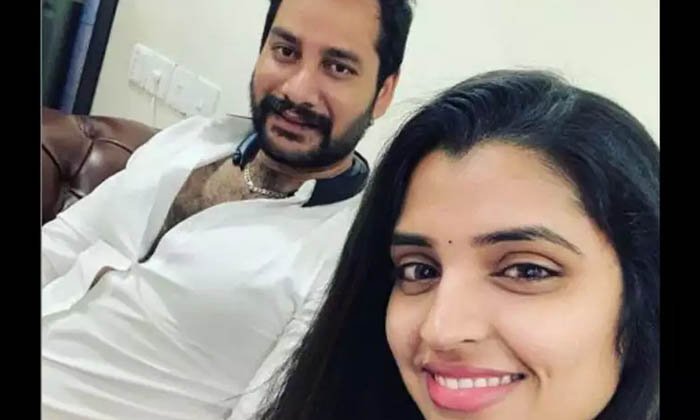 Anchor Syamala Husband Narasimha Meets Ys Sharmila Husband Brother Anil Kumar On His Birthday Mnj-TeluguStop.com