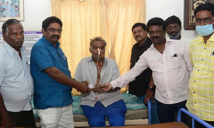 Balakrishna Fan Helped Chiranjeevi Fan Suresh-చిరంజీవి ఫ్యాన్ కు బాలయ్య ఫ్యాన్ సాయం..-Latest News - Telugu-Telugu Tollywood Photo Image-TeluguStop.com
