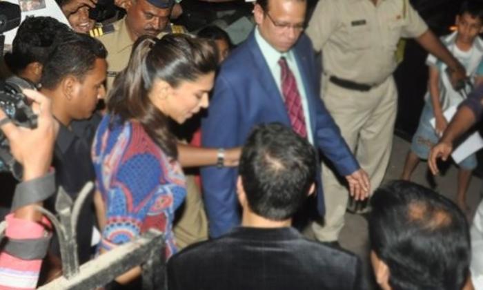 Bollywood Actress Deepika Padukone Facing Inconvenience In Public-సెల్ఫీ కోసం వచ్చి హీరోయిన్ ని అసభ్యకరంగా తాకినఫ్యాన్…-Latest News - Telugu-Telugu Tollywood Photo Image-TeluguStop.com