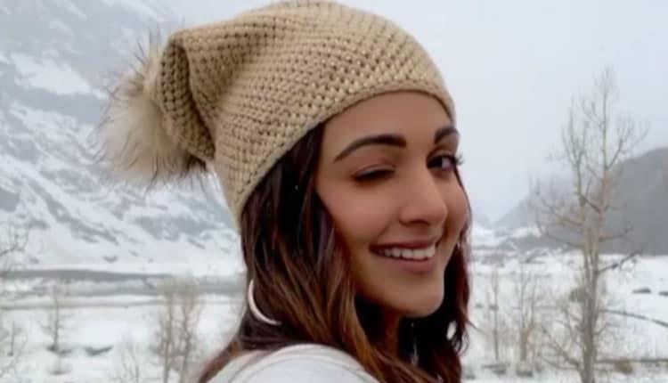 Bollywood Diva Kiara Advani Winiking In Manali Snow-ఆహా.. కైరా అద్వానీ కన్నుగీటు వీడియో మాములుగా లేదుగా-Latest News - Telugu-Telugu Tollywood Photo Image-TeluguStop.com