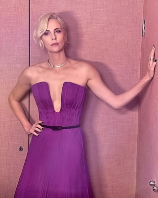 Charlize Theron: I Think Back How I Made Myself Smaller In A Relationship-TeluguStop.com