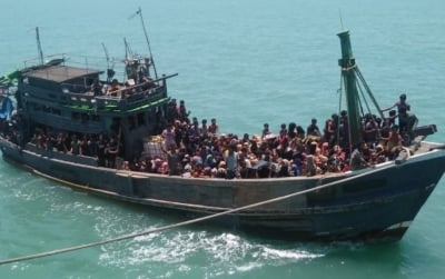 'indian Coast Guards Feeding Stranded Rohingyas On High Seas'-TeluguStop.com