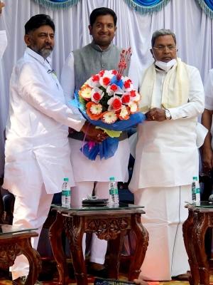 Karnataka Independent Mla Extends Support To Congress-TeluguStop.com