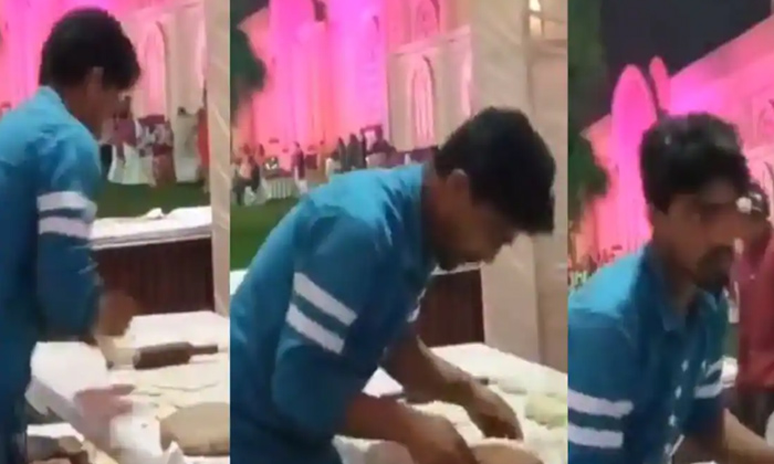 Man Caught Spitting On Rotis Up Wedding-దేవుడా: ఉమ్ము తో చపాతీలు తయారు చేసిన యువకుడు.. చివరకు..-General-Telugu-Telugu Tollywood Photo Image-TeluguStop.com