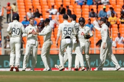 4th Test: England Look To Score Before Spin Begins (ld)-TeluguStop.com