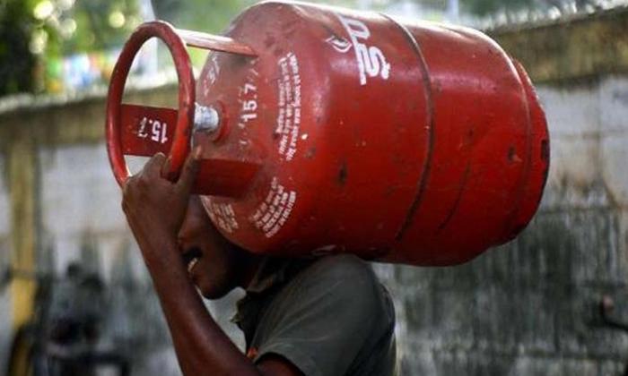 Gas Cylinder Prices Shocking The Common Man-సామాన్యుడికి మరోసారి షాక్ ఇస్తున్న గ్యాస్ సిలిండర్ ధరలు.. -Breaking/Featured News Slide-Telugu Tollywood Photo Image-TeluguStop.com