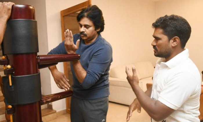 Pawan Kalyan Learn Martial Arts And Felicitate To Trainer-TeluguStop.com