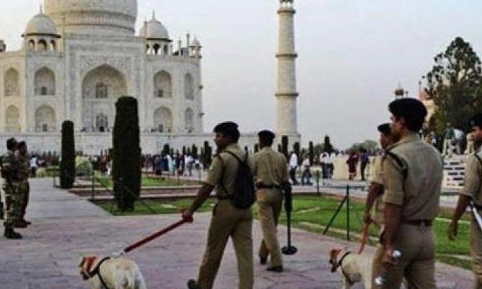 Bomb Effect Police On Alert To Blow Up Taj Mahal-TeluguStop.com
